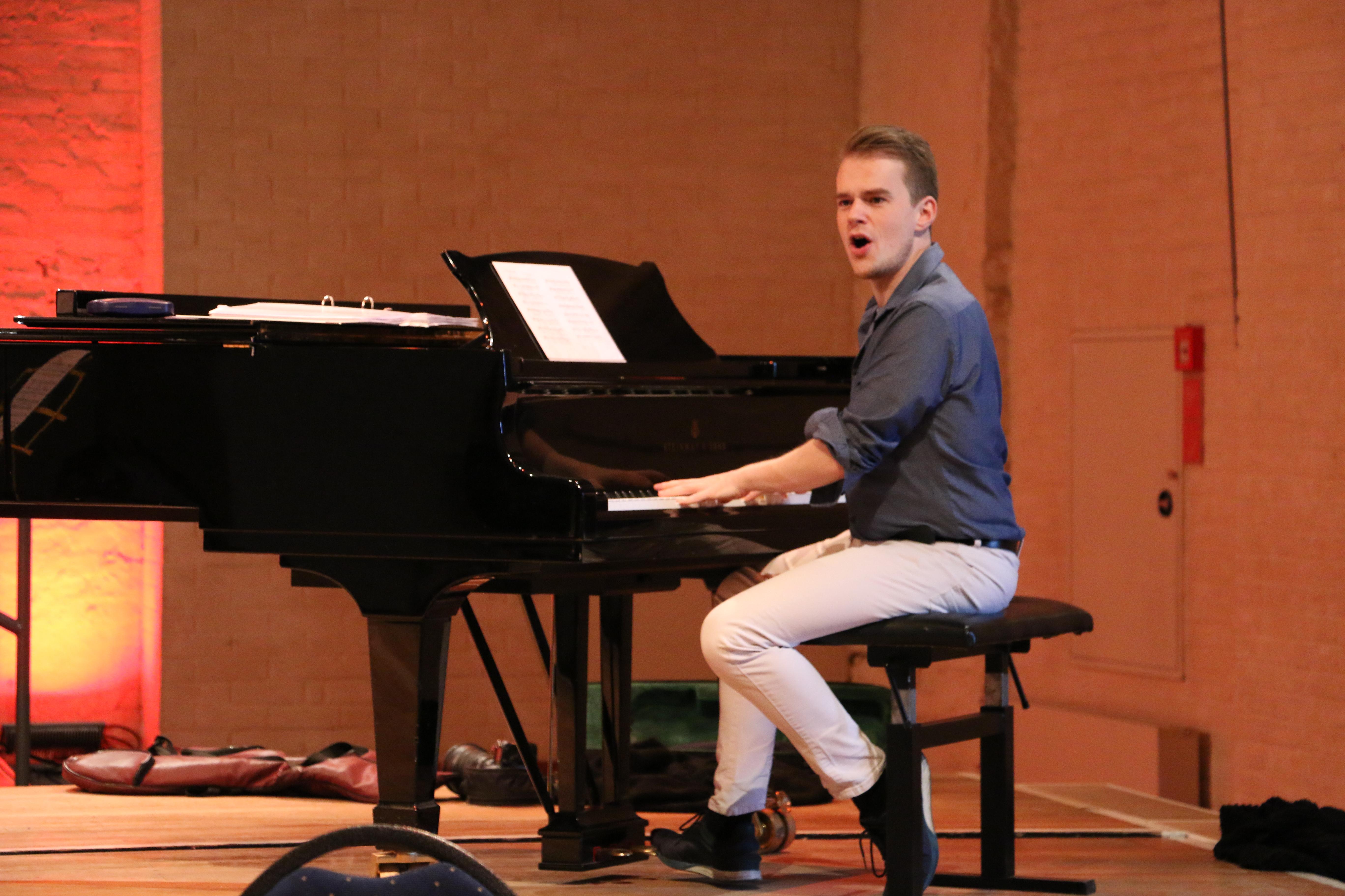 Chorleiter Bastian am Flügel